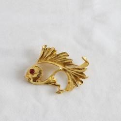 FashionMoon Uğurlu Kırmızı Gözlü Gold Renk Balık Yaka İğnesi Broş